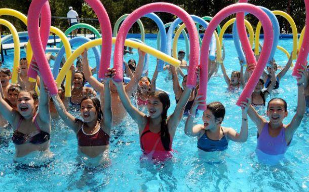 Centro de atracción. Los chicos disfrutan a pleno del agua.