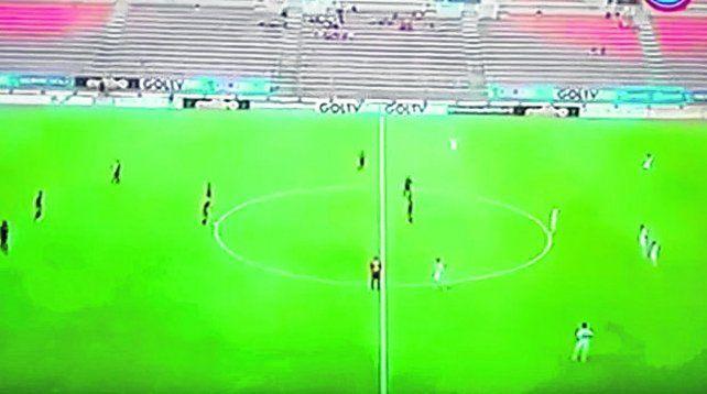 Un minuto. El árbitro pitó el inicio pero los jugadores venezolanos se quedaron quietos.