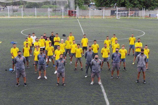 Hay plantel. Cuerpo técnico y jugadores posaron para la producción fotográfica de Ovación. El domingo debutan ante Cremería.