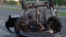 Así quedó el taxi tras el toque de un Chevrolet Meriva blanco que se dio a la fuga.