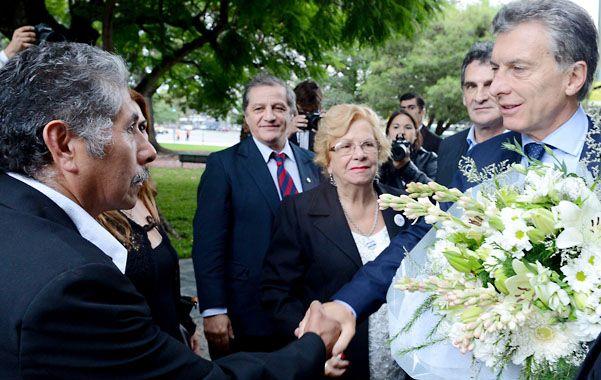 Recordatorio. El presidente saludó a un ex combatiente y depositó una ofrenda floral en la porteña plaza San Martín.