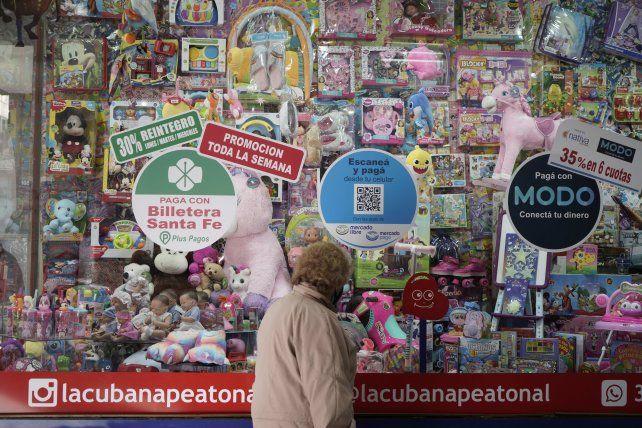 Las entidades bancarias y el programa provincial ofrecen jugosos reintegros para que los clientes consuman en jugueterías y librerías.