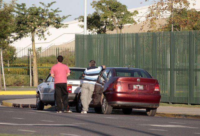Los remises ilegales se apostan en cercanías del casino a la espera de pasajeros.