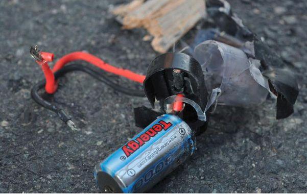 Bomba casera. Restos de un detonador hallado por la policía de Boston.