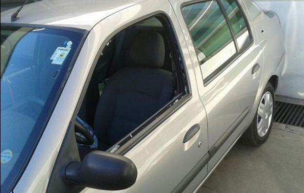 Así quedó el vidrio del Clio tras el disparo de los agresores. (Foto: Twiter vía @Canal5deRosario)