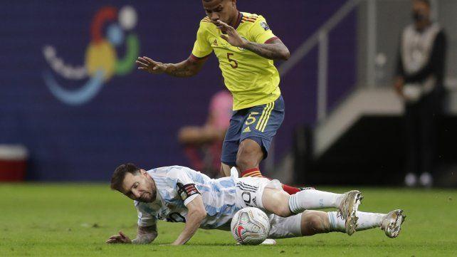 El colombiano Wilmar Barrios derriba, una de las tantas veces, a  Lionel Messi. AP Photo / Eraldo Peres