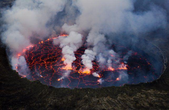 El volcán de Nyiragongo en tiempos normales, con su espectacular masa de lava dentro del cono volcánico. Es visitado por miles de turistas todos los años.