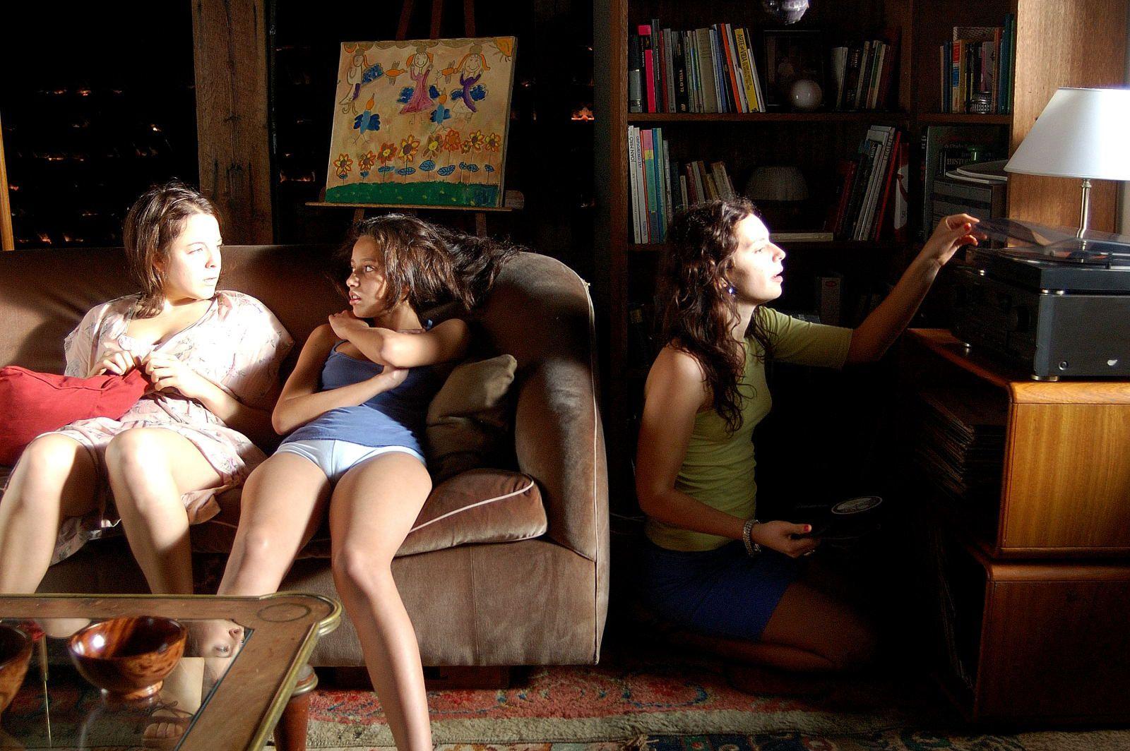 Crecer de golpe. Tres hermanas se enfrentan a la muerte de su abuela y comienzan