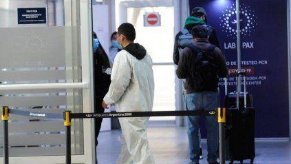 El Ministerio de Salud de Córdoba informó que se trata de un viajero procedente de Lima, Perú, que arribó al Aeroparque Jorge Newbery con test negativo.