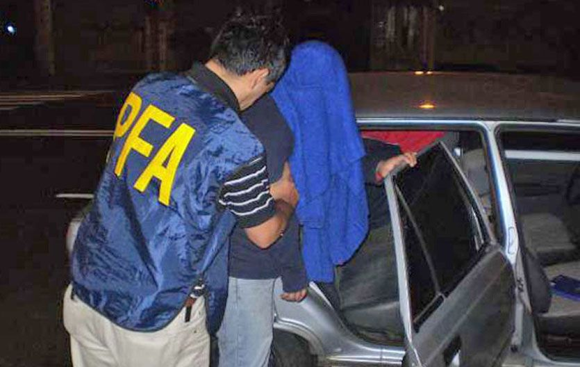 Calvario. Policías federales encarcelan a uno de los acusados.