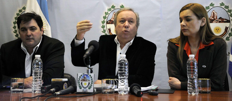 El gobernador Peralta tuvo que convocar a una conferencia de prensa para desmentir rumores.