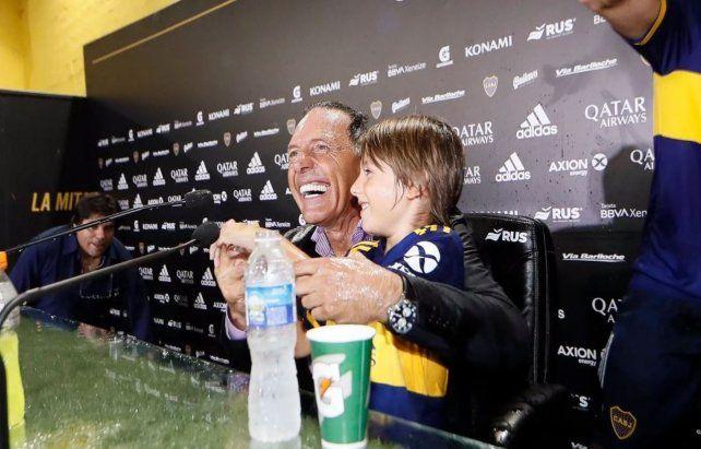 Baño de gloria.Los jugadores de Boca le tiraron agua fría a Miguelito en plena conferencia de prensa.