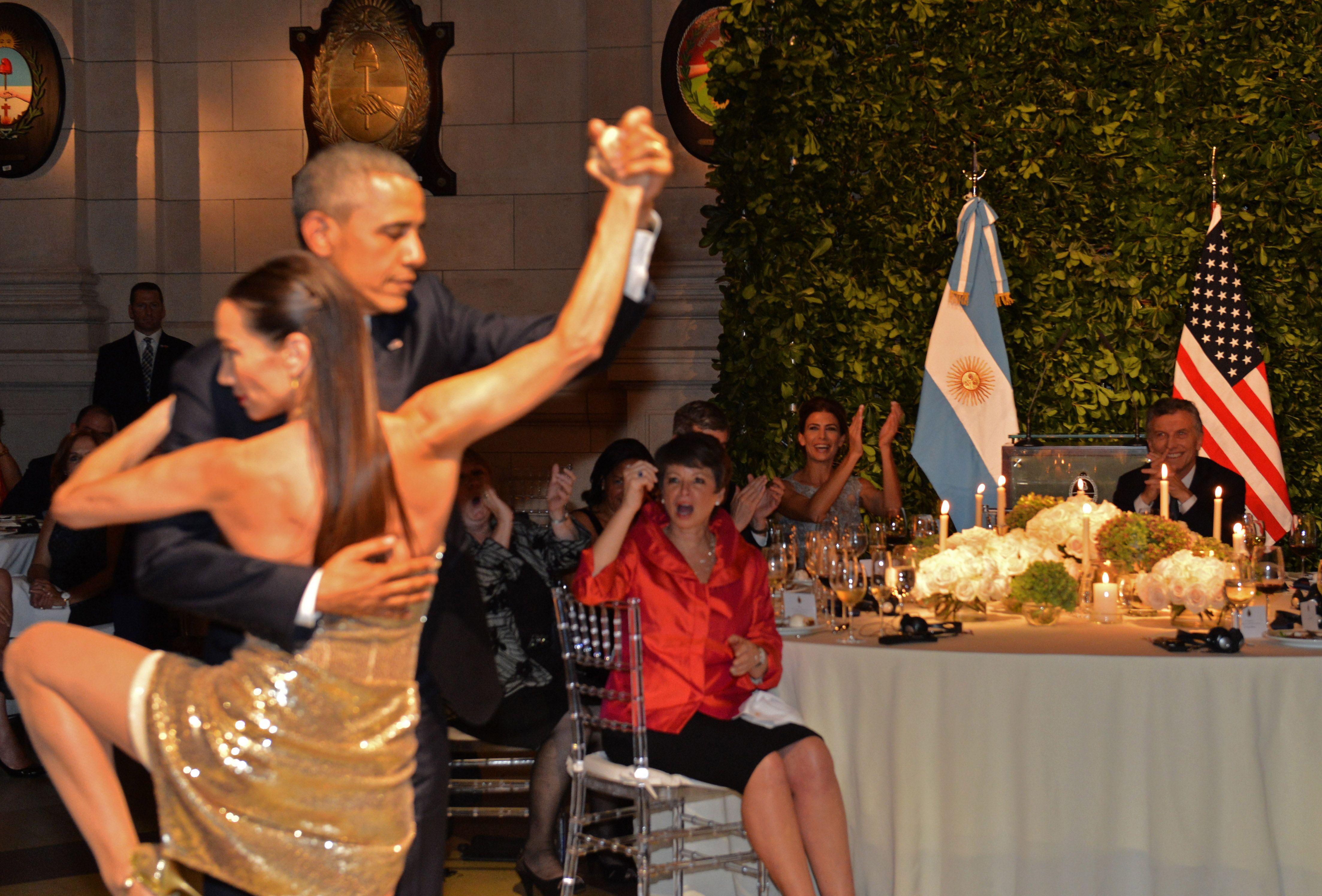 Por una cabeza. Obama no pudo resistir la invitación de Mora Godoy. (Foto: NA)