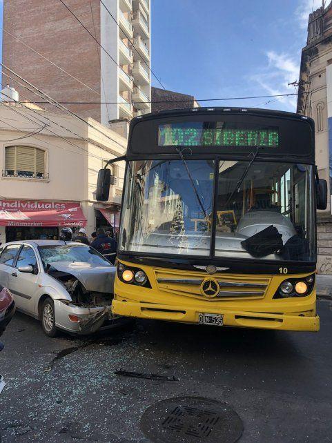 El Ford Focus circulaba por calle Buenos Aires