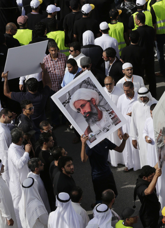 Manifestantes saudíes exhiben un póster de dignatario chiita Nimr Baqer al Nimr