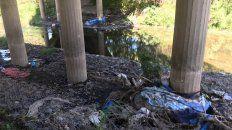 MUCHA BASURA. Ante la falta de volquetes en la zona, arrojan residuos en los costados del arroyo.