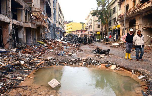 Devastación total. El cráter y la destrucción que dejó una de las bombas en la ciudad turca de Reyhanli.