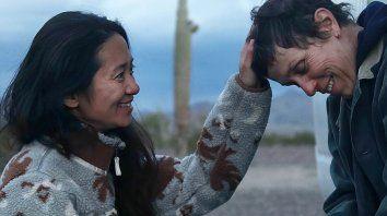 Chloe Zhao junto a Frances McDormand. Zhao es la primera mujer asiática y la segunda en ganar un Globo de Oro a mejor director por su película Nomadland.