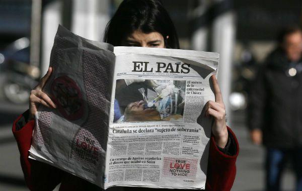 """Edición fallida. Una madrileña lee el jueves la edición con la """"exclusiva"""" sobre Chávez en su tapa."""