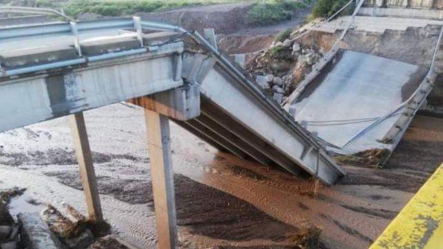 Un fuerte temporal causó la caída de un puente en la Ruta Nacional 40