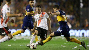 Superclásico. Palacios la toca ante la marca de Marcone, en la vuelta de las semifinales por la Libertadores de 2019. El derby podría repetirse pero no en octavos de final.