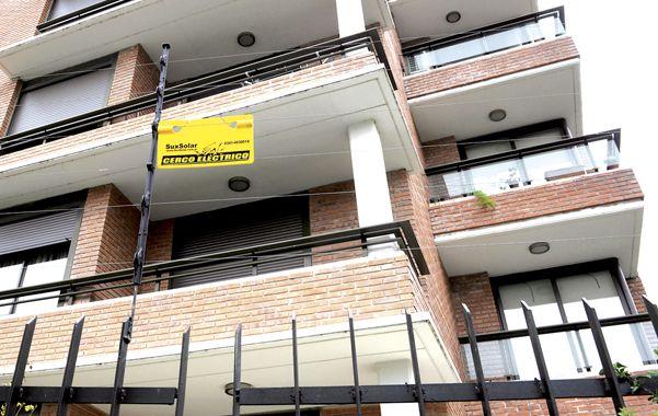 Precaución. Un cartel advierte sobre la presencia del cerco electrificado en el corazón del parque Scalabrini Ortiz.