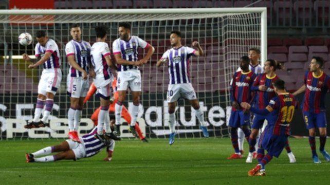 Messi intenta de tiro libre abrir el marcador ante el Valladolid.