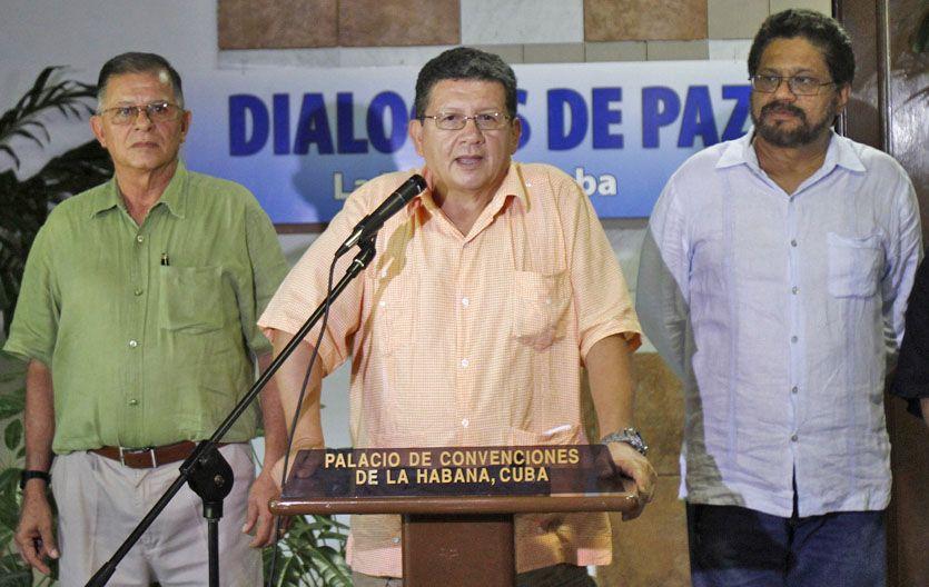 Impasse. El negociador de las Farc Pablo Catatumbo (centro) habla a la prensa junto Iván Márquez (der) y Ricardo Tellez.
