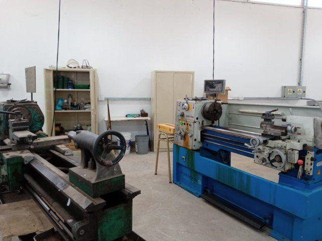 La institución cuenta con máquinas herramientas para capacitar en distintos oficios y tecnicaturas.