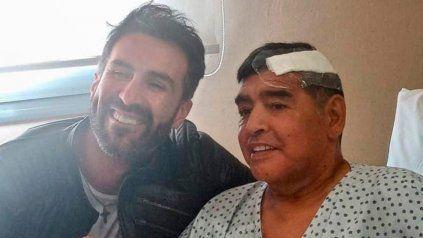 Maradona y su abogado y la famosa foto tras la operación de principios de mes.