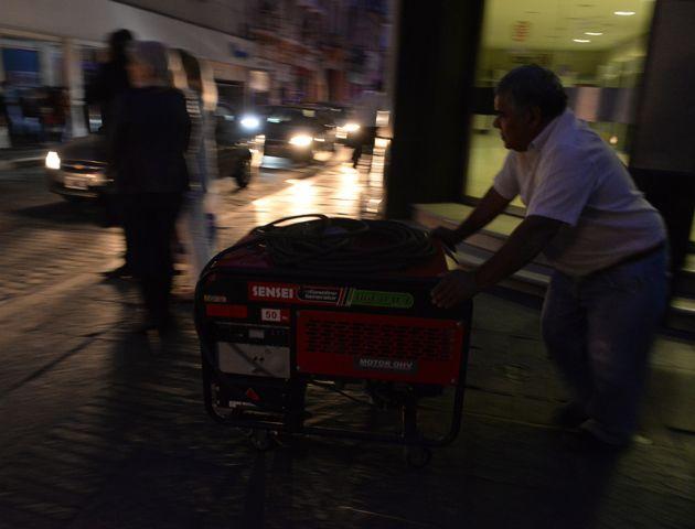 El apagón nocturno afectó una amplia zona de Rosario y localidades vecinas. (Foto: S. Salinas/ A. Amaya / La Capital)