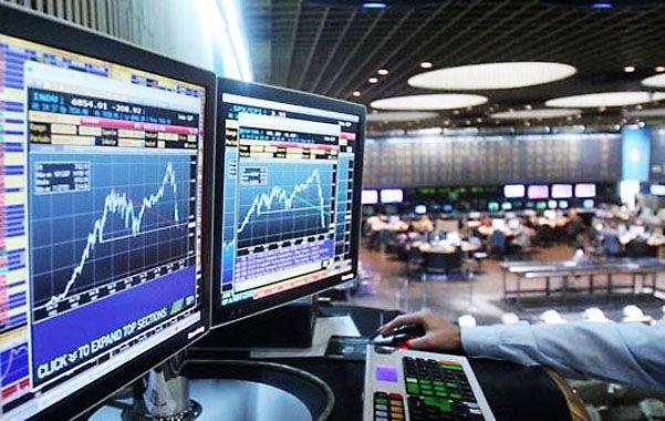 En baja. El mercado accionario se deprimió al ritmo de la baja del blue.