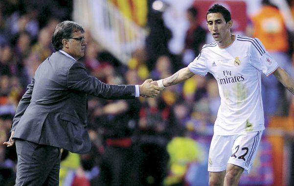 Rosarinos en acción. Martino aprovechó que Fideo Di María fue a buscar la pelota cerca suyo para extenderle un cordial y breve saludo.