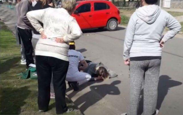La mujer quedó en el piso y fue auxiliada por los vecinos. (Foto: captura de TV)