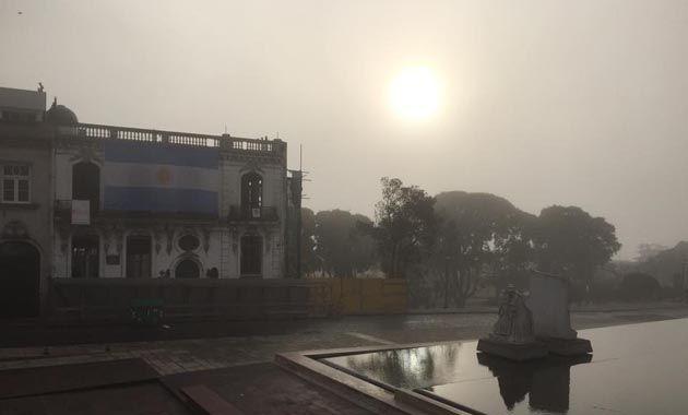 En el Monumento a la Bandera la niebla dibuja un paisaje distinto del cielo