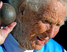 Tiene 100 años, es bisabuela de once bisnietos y es oro en lanzamiento de bala