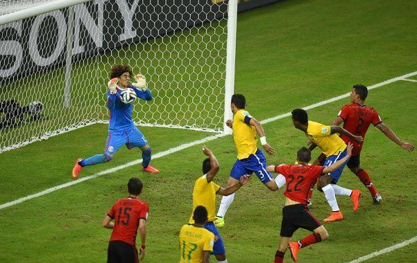 Atajada. El arquero mexicano evitó un gol de Brasil.