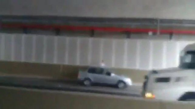 Circuló en contramano entre camiones en una vía rápida