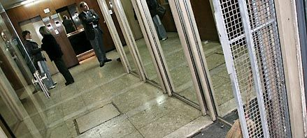 Ladrones nocturnos roban y causan daños en edificio céntrico de oficinas