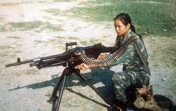 Armada. Mira con una ametralladora pesada en sus tiempos violentos.