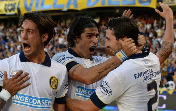 El desahogo. Donatti ya marcó el segundo gol y lo festeja con Abreu y Berra. Los canallas fueron pura alegría.
