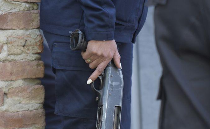 La emergencia permite contrataciones directas de insumos para equipar a la policía.(Sebastián Suárez Meccia / La Capital)