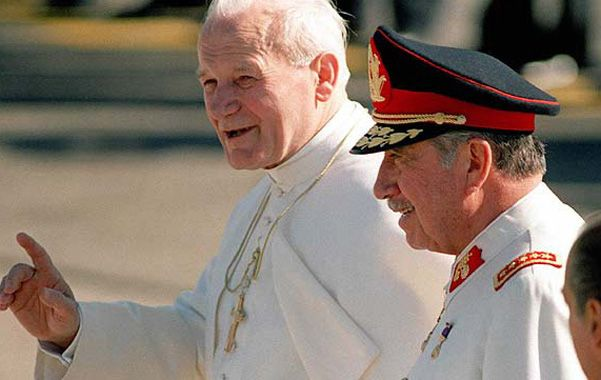Visita papal. En abril de 1987 Juan Pablo II visitó Chile y compartió con el dictador el palco en la casa de gobierno.