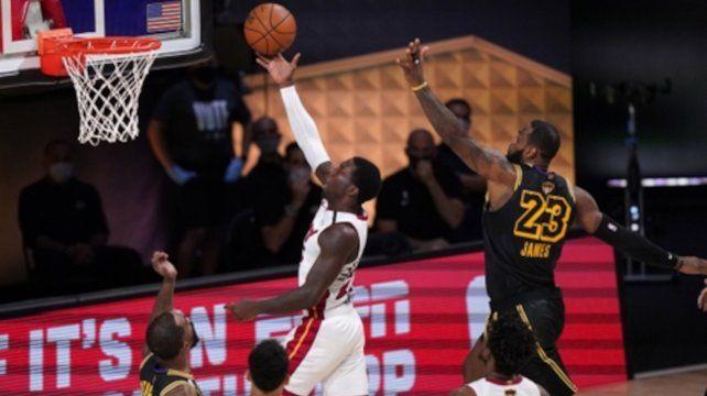 Kendrick Nunn marca ante LeBron James en el segundo partido; esta noche Miami se debe esforzar por revertir la serie.