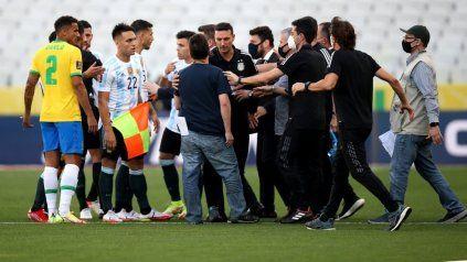 """No va más. El agente sanitario del gobierno brasileño le explica al DT Lionel Scaloni que cuatro futbolistas argentinos habían """"vulnerado"""" los protocolos de salud y no podían seguir jugando. Fue el principio del fin."""