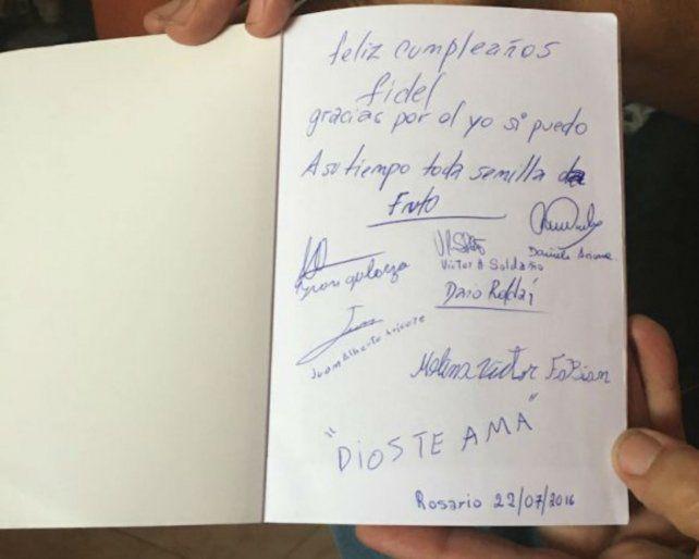 Pionero. Libro dedicado a Fidel Castro por los internos de la Unidad VI alfabetizados por el plan cubano.