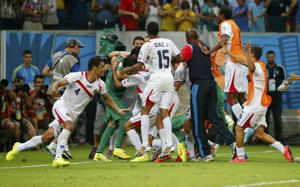 Los ticos festejan el histórico pase a cuartos de final tras eliminar por penales a Grecia.