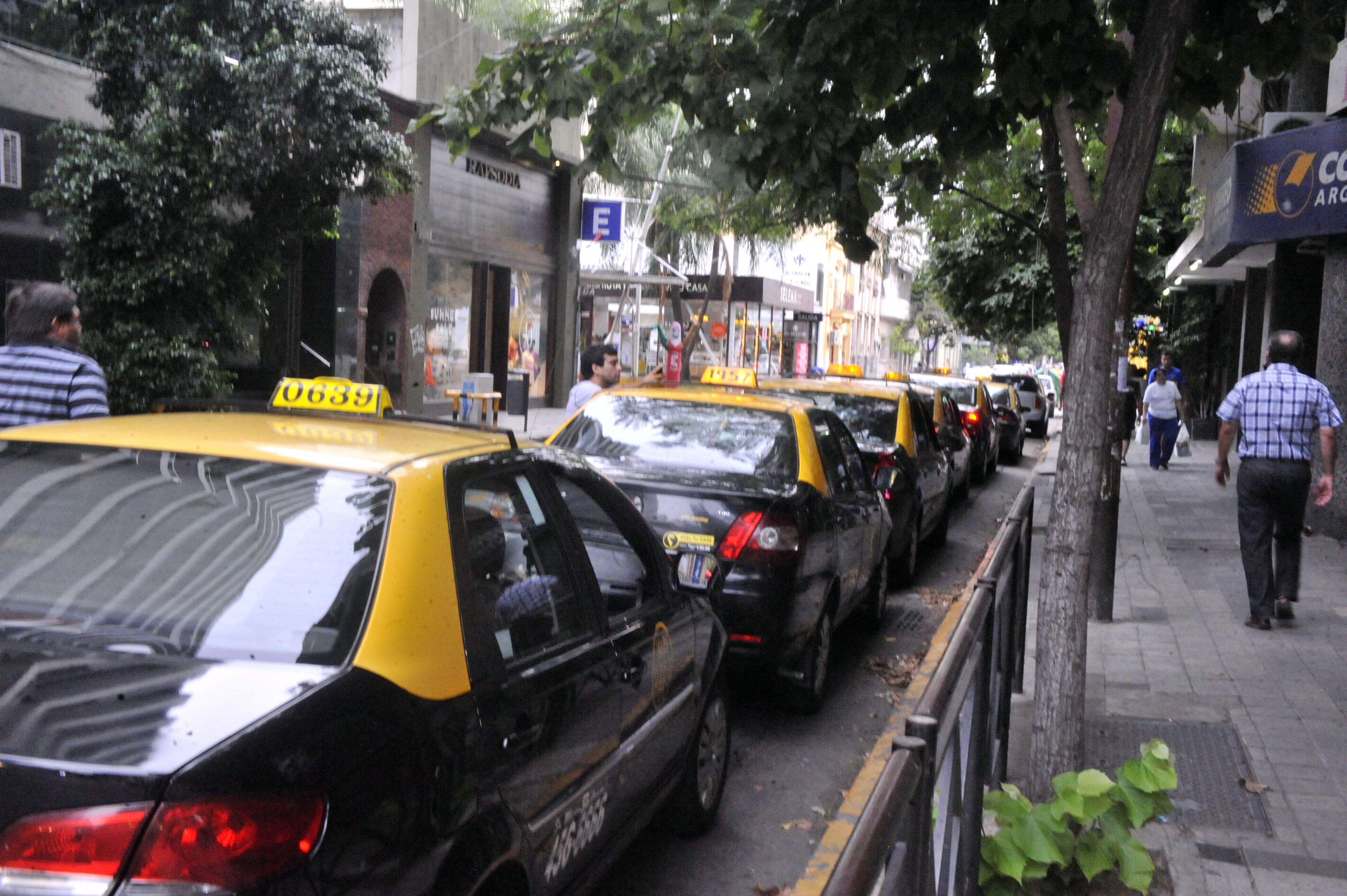 Los titulares de licencias de taxis tienen dudas de la iniciativa. Los usuarios lo ven como opción. (Gustavo de los Rios / LaCapital)