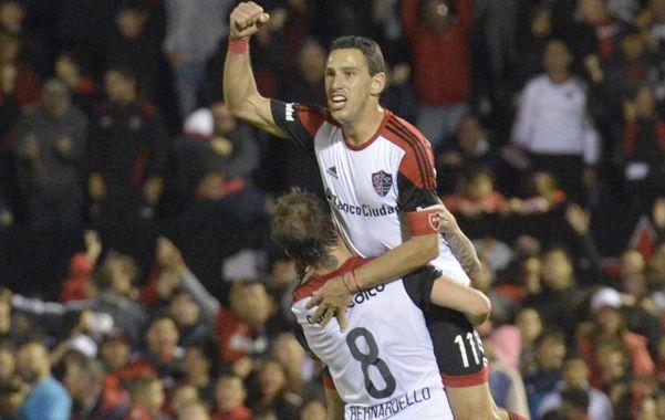 Maxi acaba de anotar el segundo gol leproso y levanta el pulgar. Bernardello lo eleva y Nacho Scocco se suma al festejo.