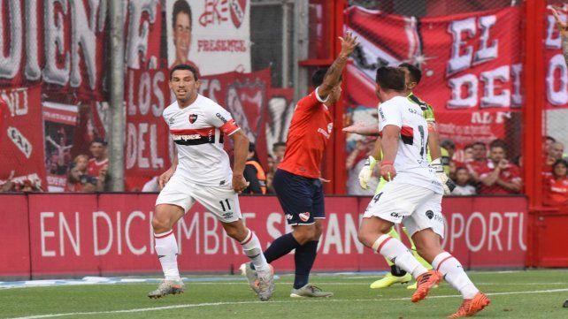 Pura jerarquía. Maxi Rodríguez apareció cuando el equipo más lo necesitaba y anotó el tercero rojinegro.